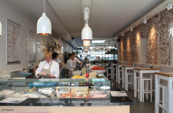 Sharing food with friends at the seafood bar in amsterdam for Seafood bar van baerlestraat amsterdam